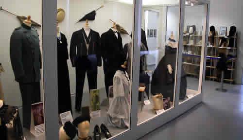 Blick  in die Vitrine der Damen und Herrenbekleidung